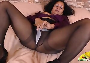 Pantyhose-wearing chick wants to cum quick